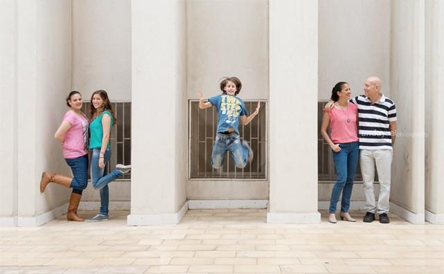 הורים וילדיהם המתבגרים על רקע קיר לבן בתל אביב מסדרת צילומי משפחה וילדים אנדה יואל
