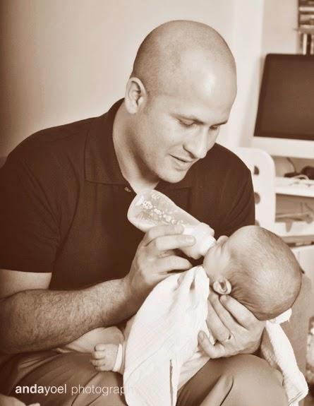 אבא מאכיל תינוק