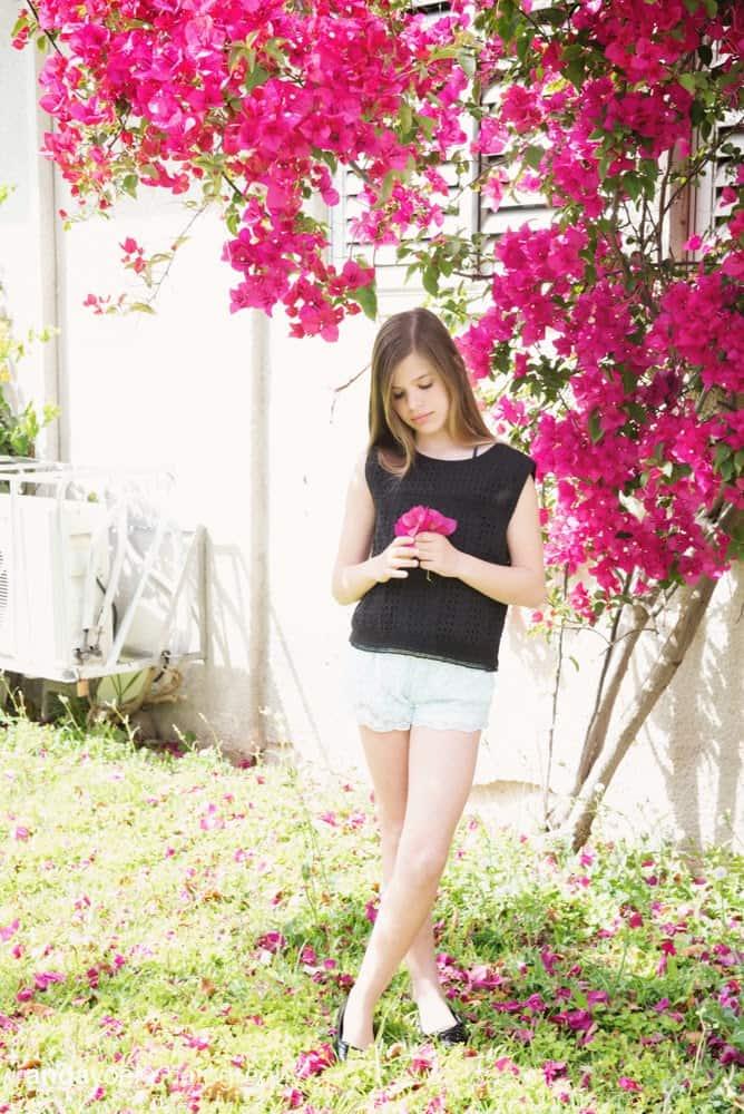 תמר מחזיקה פרח סגול - אנדה יואל