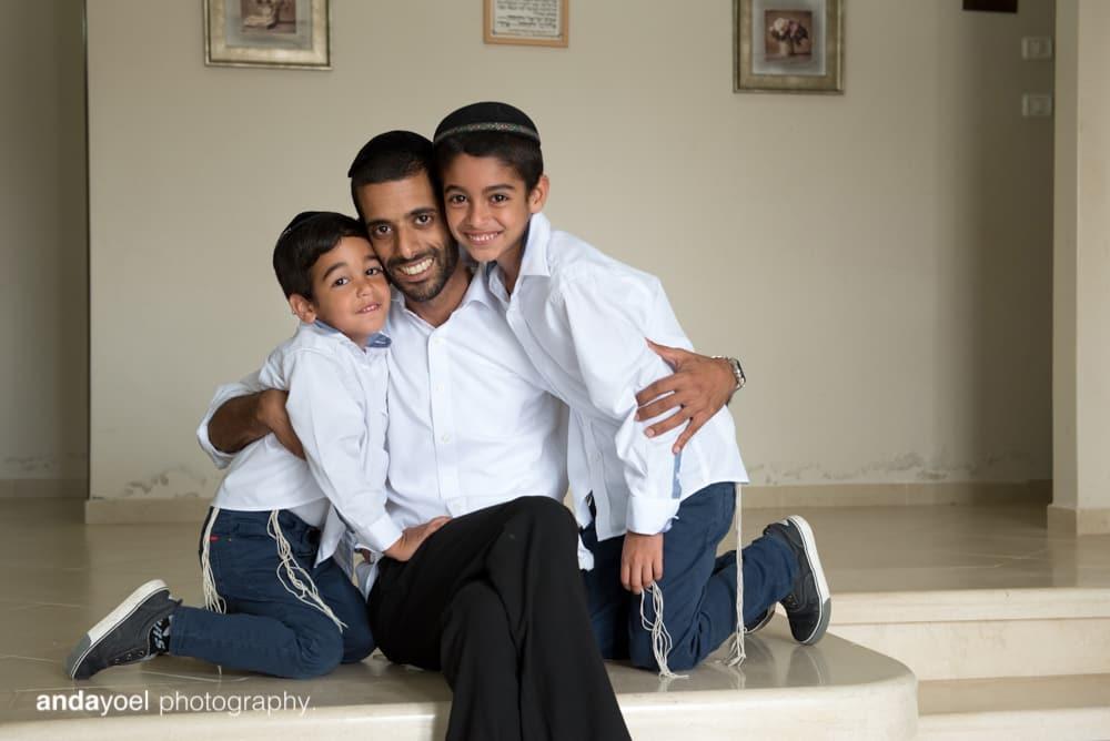 הבנים במשפחת מזרחי עם האבא - צילומי משפחה בבית