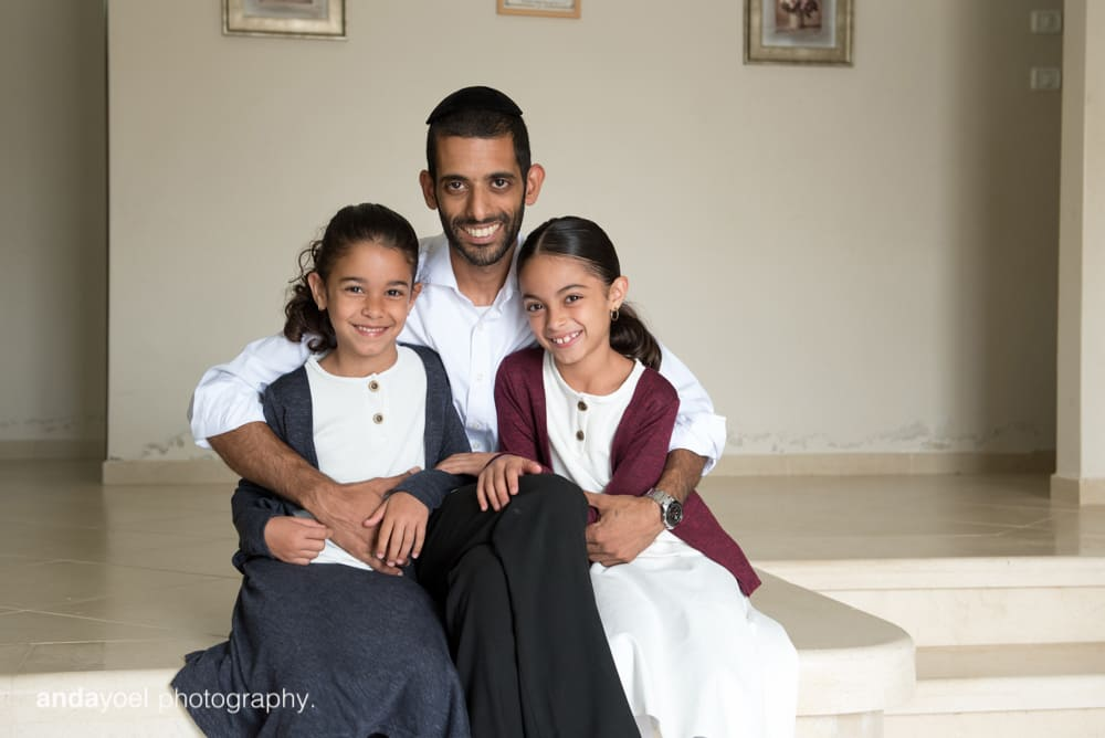 הבנות של משפחת מזרחי עם אבא - צילומי תינוקות בבית