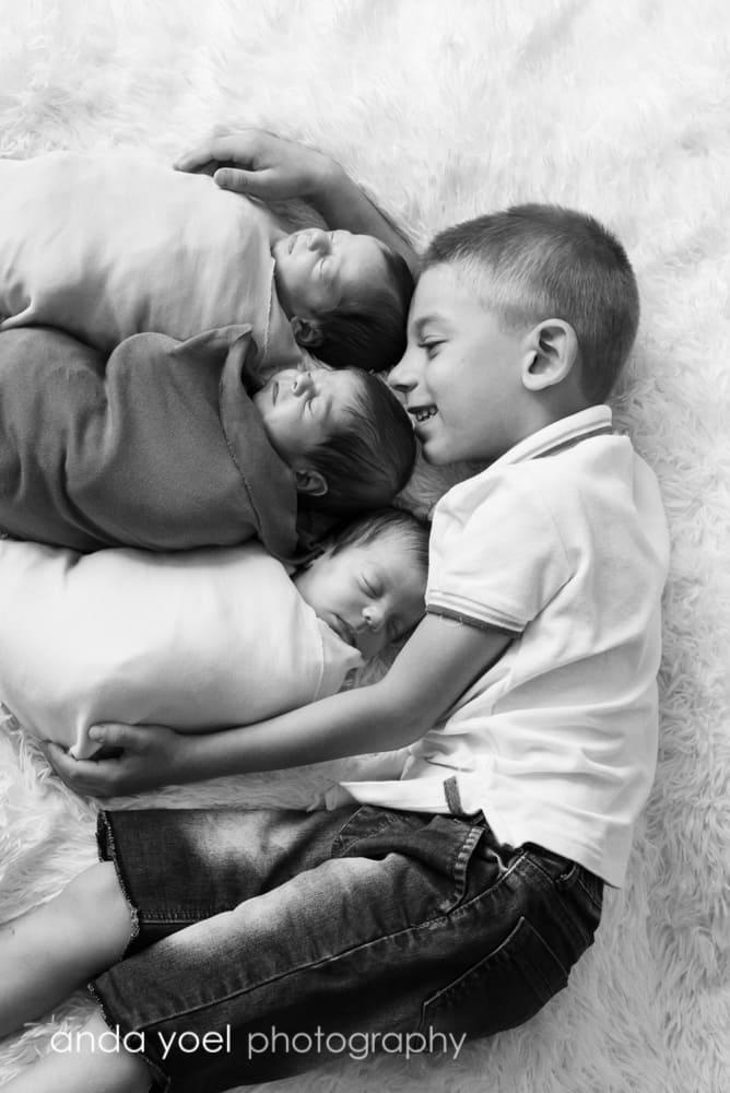 אח גדול מחבק שליישית תינוקות ניו בורן (ש/ל)