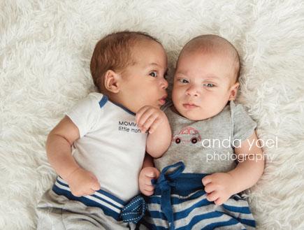 בני חודשיים בשיחת תינוקות בצילומי ניובורן תאומים בסטודיו
