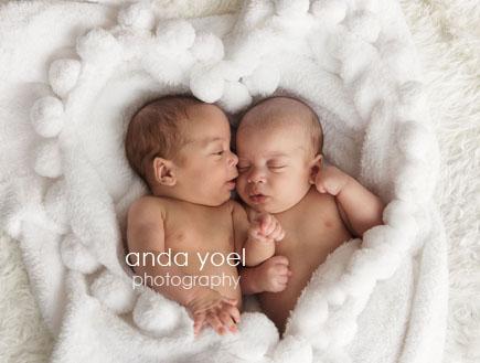 צילומי תינוקות ניו בורן מחזיקות ידיים - אנדה יואל