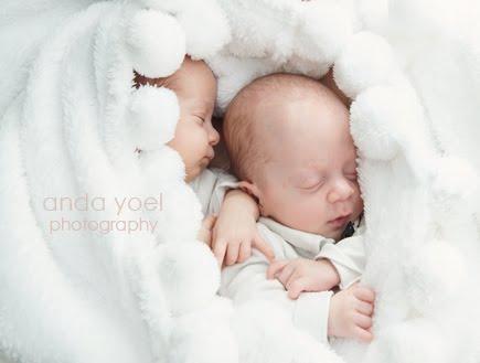 צילומי ניו בורן תאומים על רקע לבן - אנדה יואל