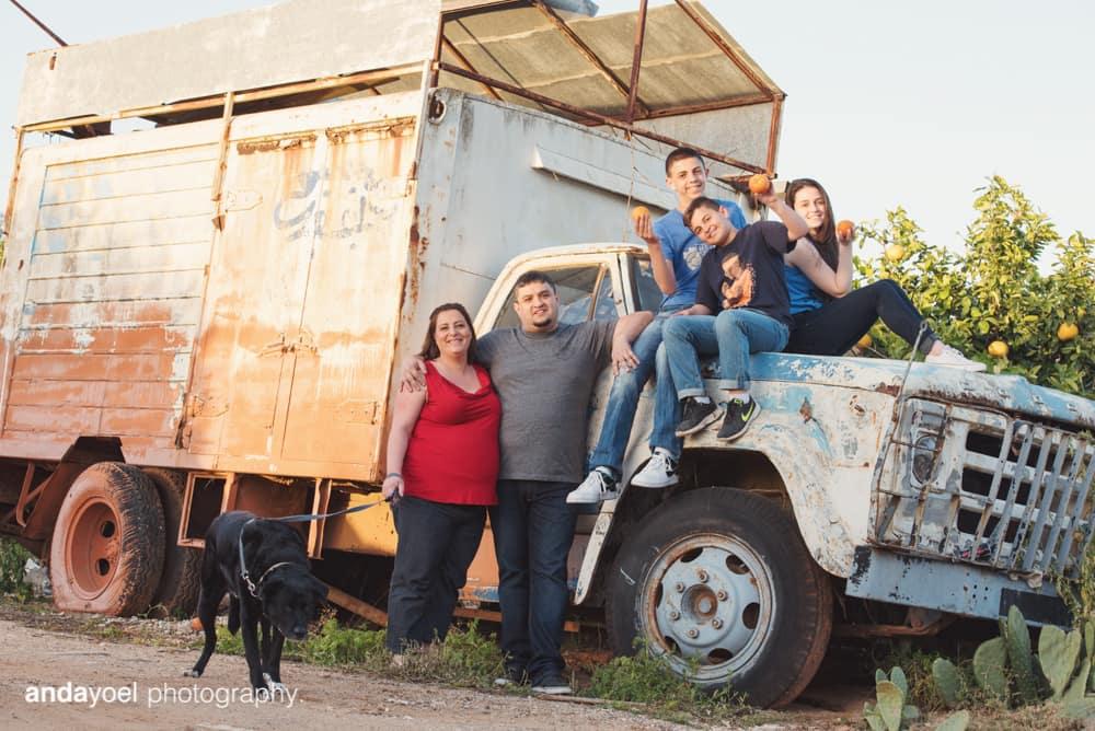 מיכל בן זוגה הילדים והכלב על רקע משאית ישנה בצילומי הריון ומשפחה בטבע - אנדה יואל
