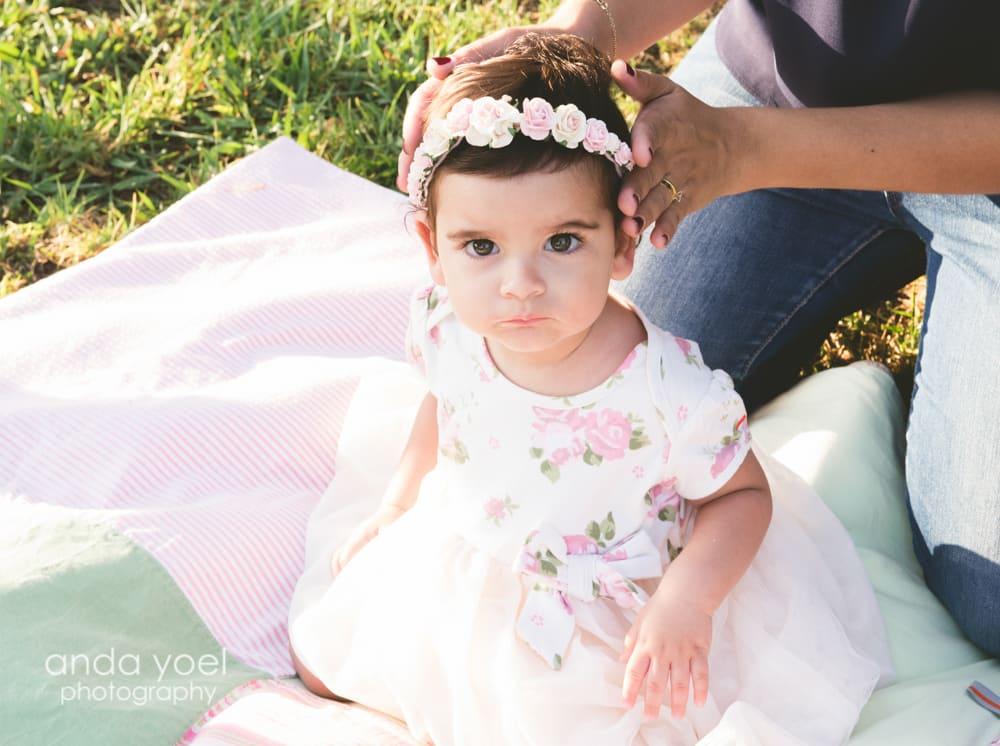 תינוקת בת שנה עם כתר פרחוני - מסדרת צילום תינוקות גיל שנה אנדה יואל