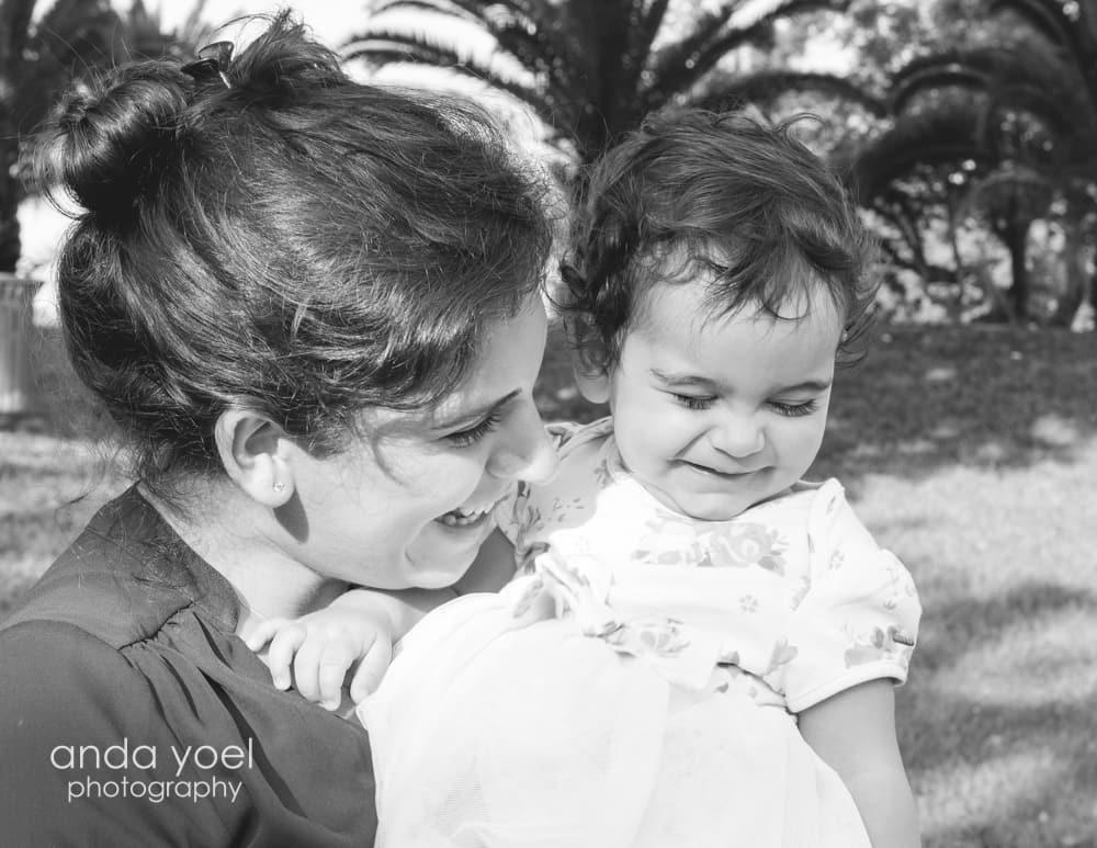 תינוקת בת שנה בידיים של אמא, צילום בשחור לבן - מסדרת צילום תינוקות גיל שנה אנדה יואל
