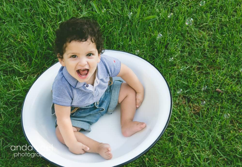 תינוק בן שנה בגיגית לבנה - מסדרת צילום תינוקות בטבע גיל שנה אנדה יואל