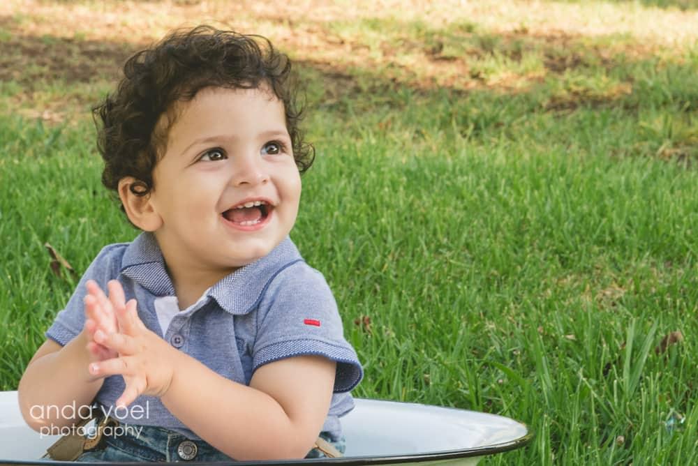 תינוק חייכן בן שנה בגיגית לבנה - מסדרת צילום תינוקות גיל שנה אנדה יואל