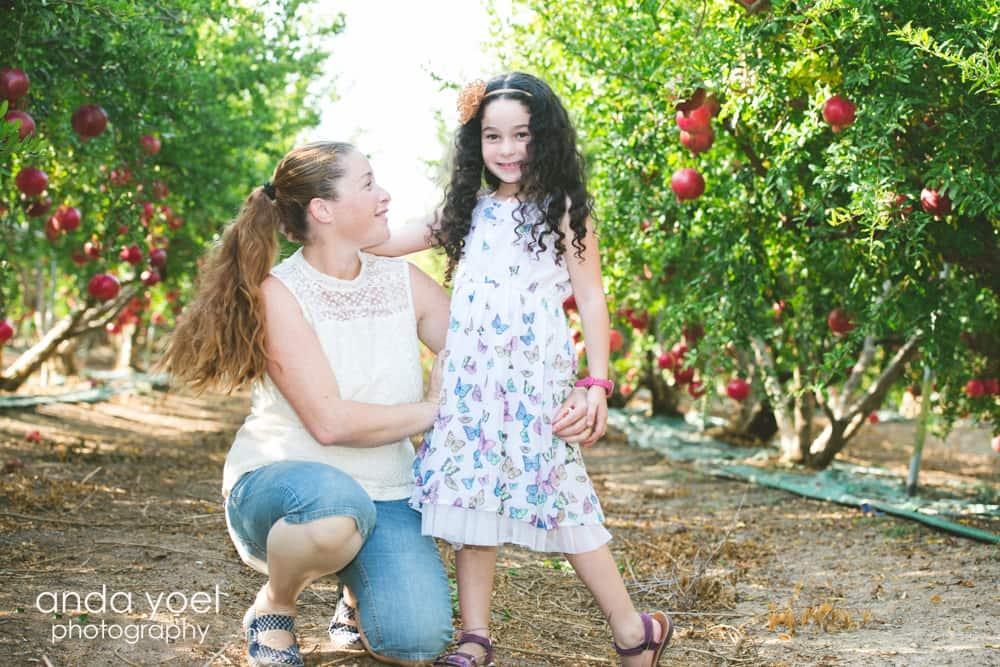 אמא ובת המטע רימונים - מסדרת צילומי משפחה בטבע אנדה יואל