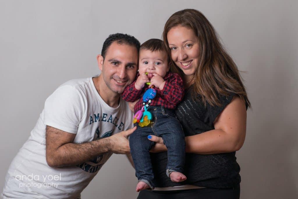 משפחה מחבקת תינוק בסטודיו אנדה יואל