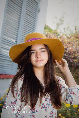 ילדת בת מצווה עם כובע צהוב בטבע - מסדרת צילומי בת מצווה בטבע אנדה יואל