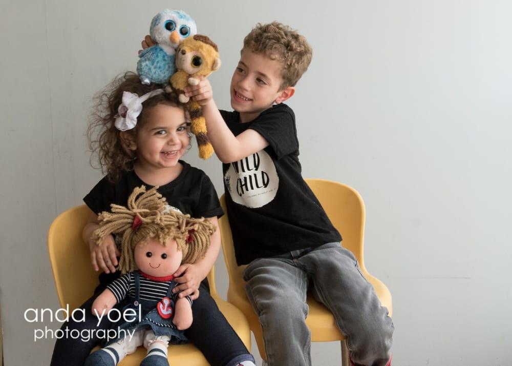 ילדים משחקים בסטודיו - מסדרת צילומי משפחה בטבע אנדה יואל