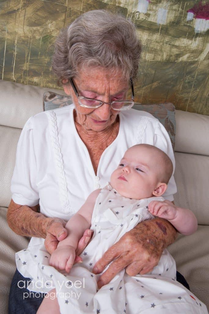 סבתא רבא מחזיקה תינוקת מסדרת צילומי דורות ומשפחה אנדה יואל