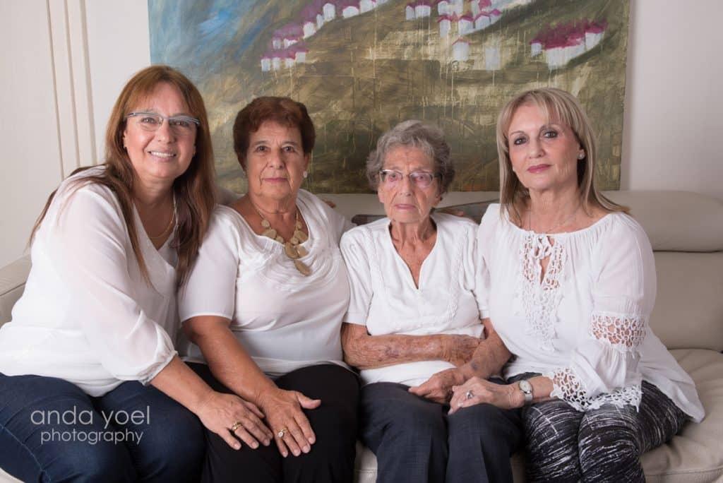 4 דורות נשים בצילום משותף מסדרת צילומי צילומי דורות בבית אנדה יואל