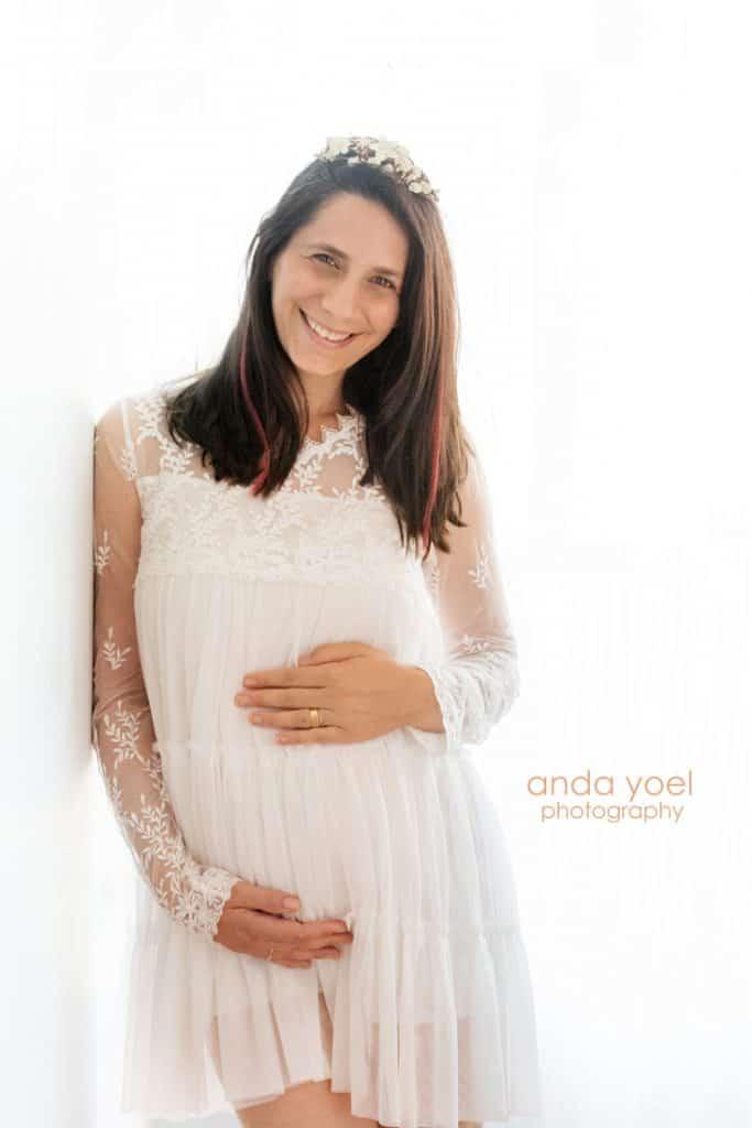 צילומי הריון בשמלה לבנה - בסטודיו אנדה יואל