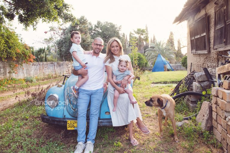 ליהיא גרינר עם בן הזוג יוסי, הילדים והכלב נשענים על חיפושית תכלת - מסדרת צילומי המשפחה בטבע אנדה יואל