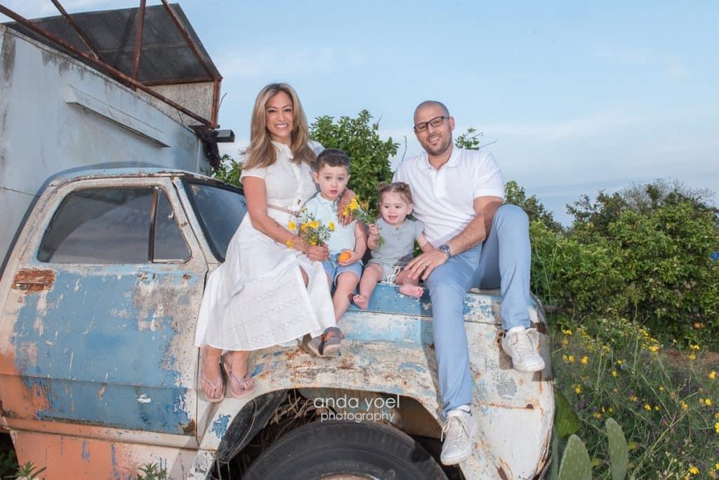 משפחת גרינר צבר יושבת על משאית ישנה וברקע פרדסים - מסדרת צילומי המשפחה בטבע אנדה יואל
