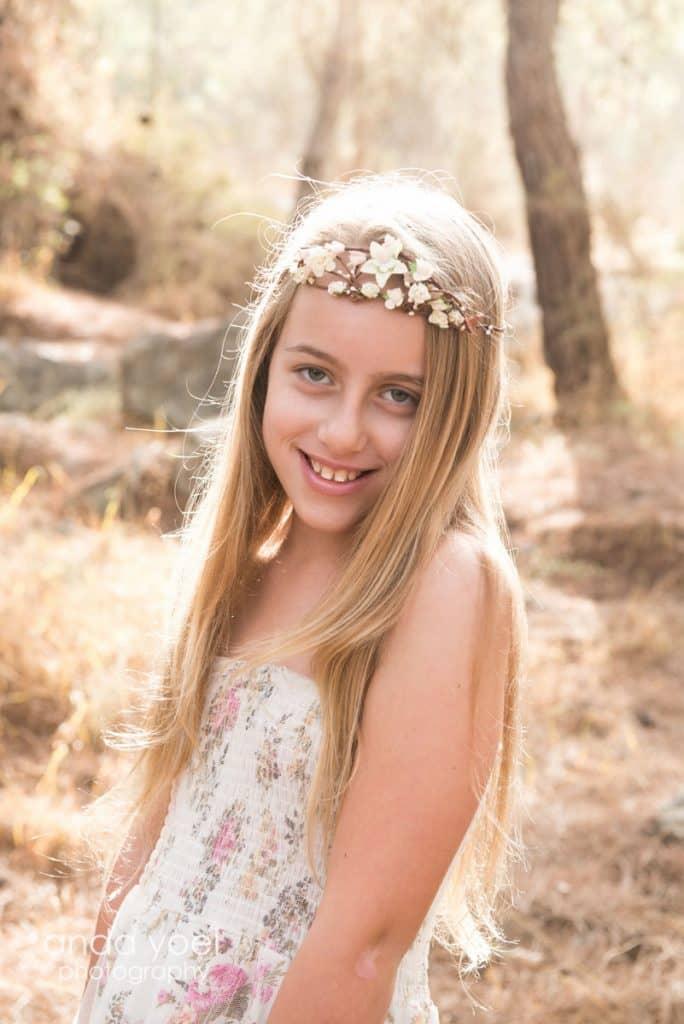 ילדת בת מצווה עם זר לבן מסדרת תמונות בת מצווה בטבע בחורשה/ביער אנדה יואל
