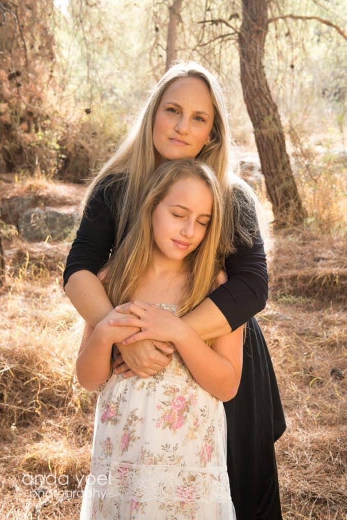 אמא מחבקת ילדת בת מצווה בטבע ביער - אנדה יואל