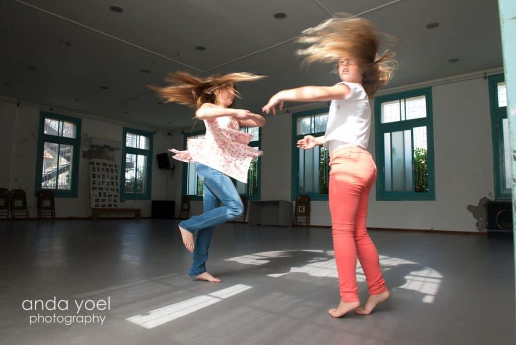 ילדותת בנות מצווה רוקדות בתוך סוזן דלל בתל אביב - מסדרת צילומי בוק בים אנדה יואל