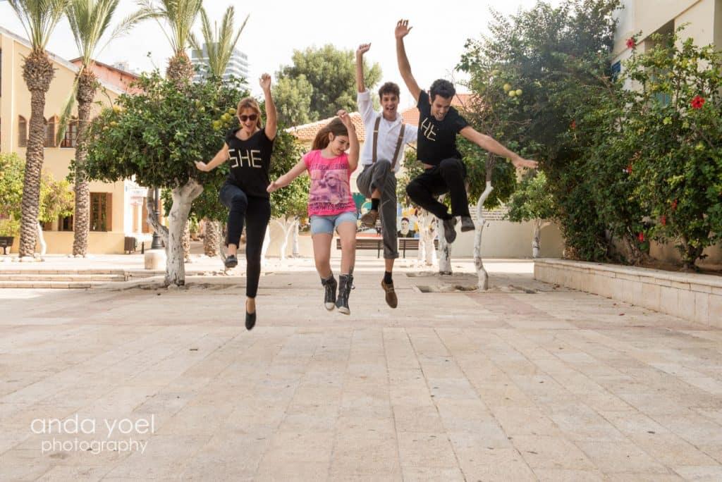 ילדת בת מצווה קופצת עם קבוצת רקדנים על רקע סוזן דלל בתל אביב - מסדרת צילומי בוק בים אנדה יואל