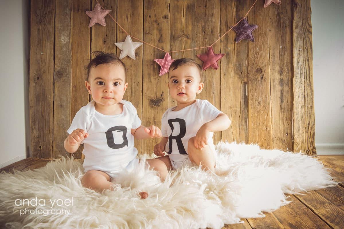 צילומי גיל שנה תאומים בסטודיו