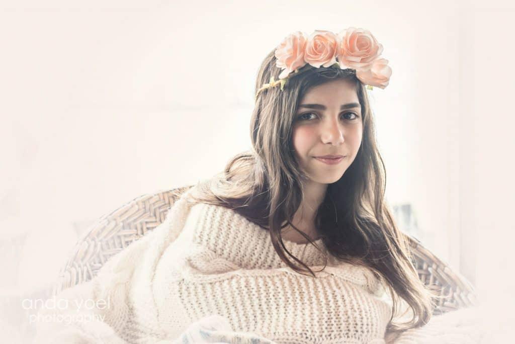 ילדת בת מצווה עם סווצ'ר לבן וכתר ורדים - מתוך סדרת צילומי בוק בת מצווה בטבע - אנדה יואל