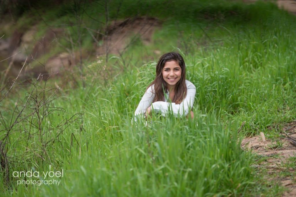 ילדת בת מצווה בשדה ירוק - מתוך סדרת צילומי בוק בת מצווה בטבע - אנדה יואל