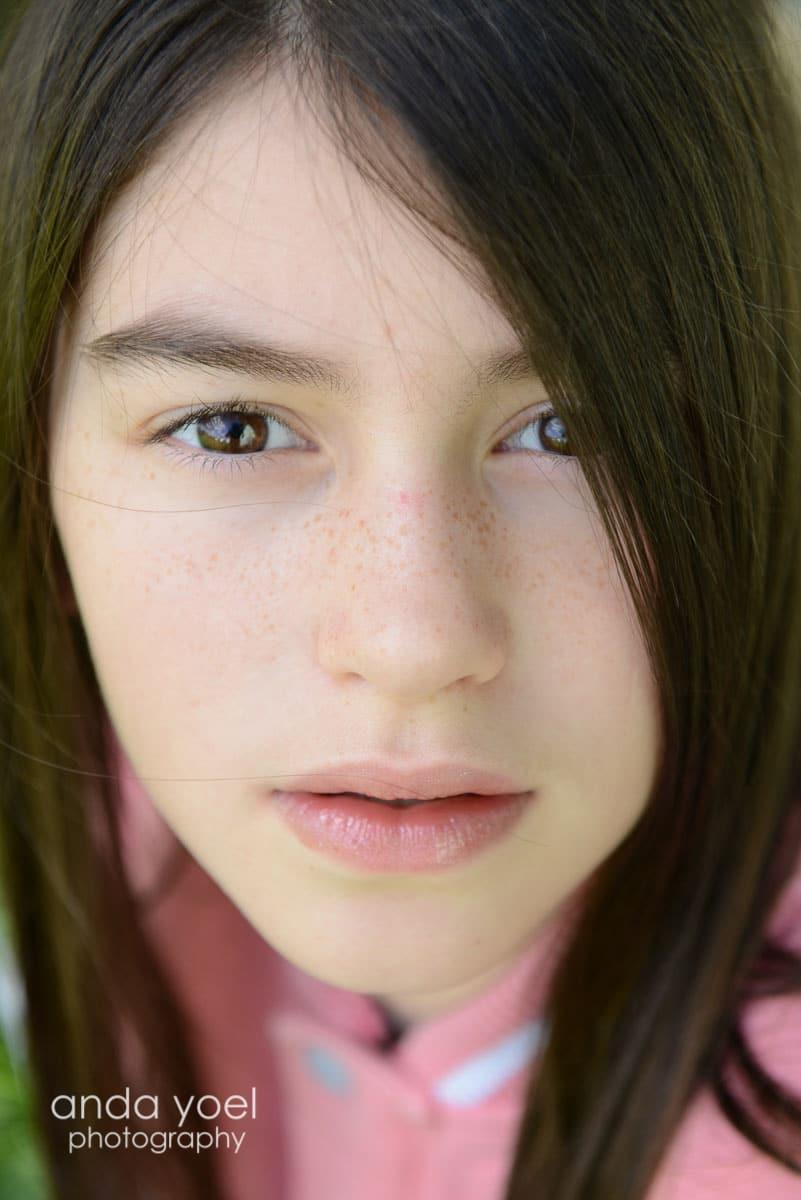 ילדת בת מצווה בקלוזאפ בה רואים את נמשיה - מתוך סדרת צילומי בוק בת מצווה בטבע - אנדה יואל