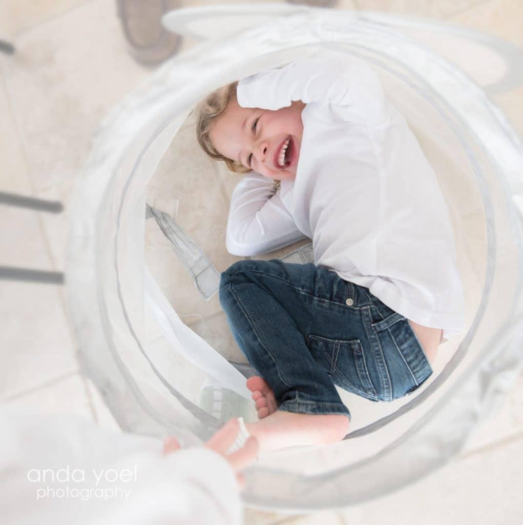 צילום ילדים באור טבעי בבית