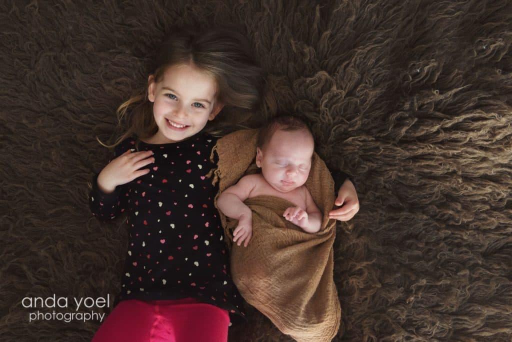 צילומי ניובורן ומשפחה בבית באור טבעי ניובורן ואחותו הגדולה - אנדה יואל
