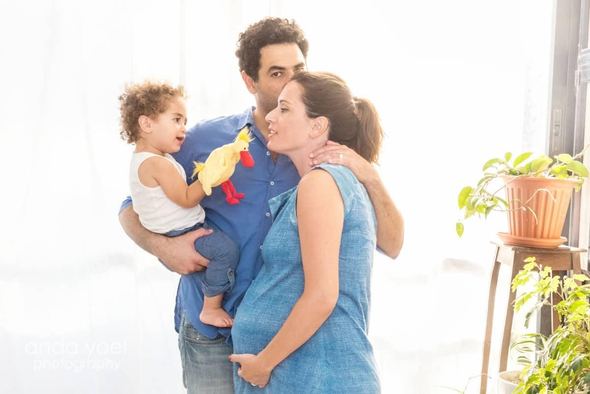 מתוך צילומי הריון בבית של צלמת המשפחה אנדה יואל