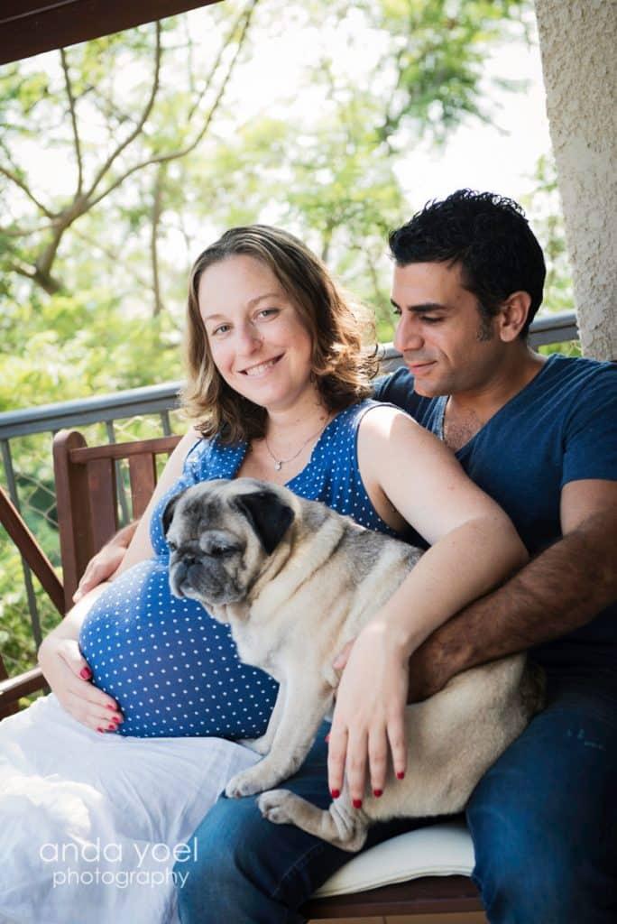 צילומי הריון בבית עם בן זוג וכלב