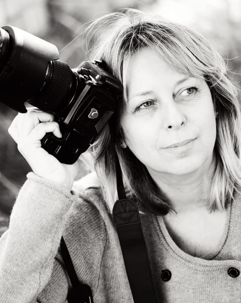 """צלמת נשענת על מצלמה - אנדה יואל צילום ע""""י לינה מיארה"""