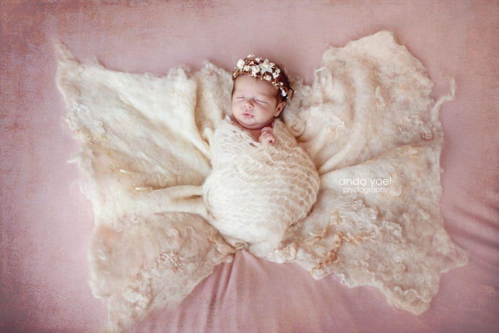 אנדה יואל צלמת ניובורן - תינוקת בעיטוף פרפר