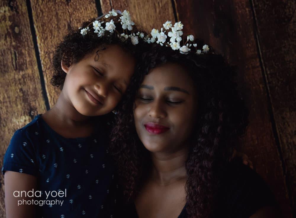 אמא ובת מחייכות וצמודות ראש בראש עם זר לבן על ראשן - צילומי ילדים ומשפחה אנדה יואל
