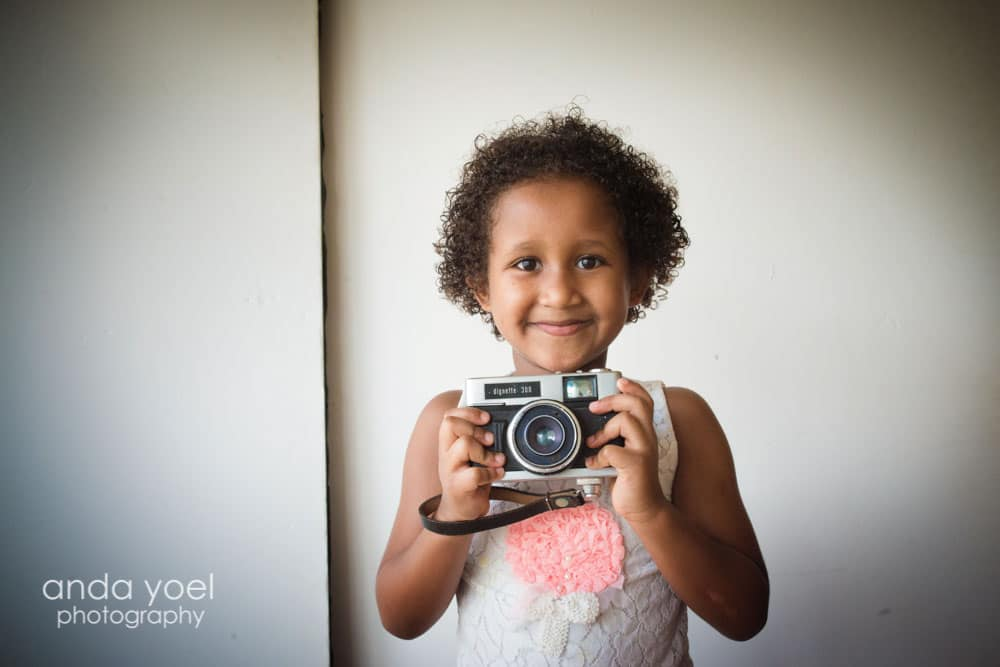מזל עם מצלמה ביד - צילומי ילדים ומשפחה אנדה יואל