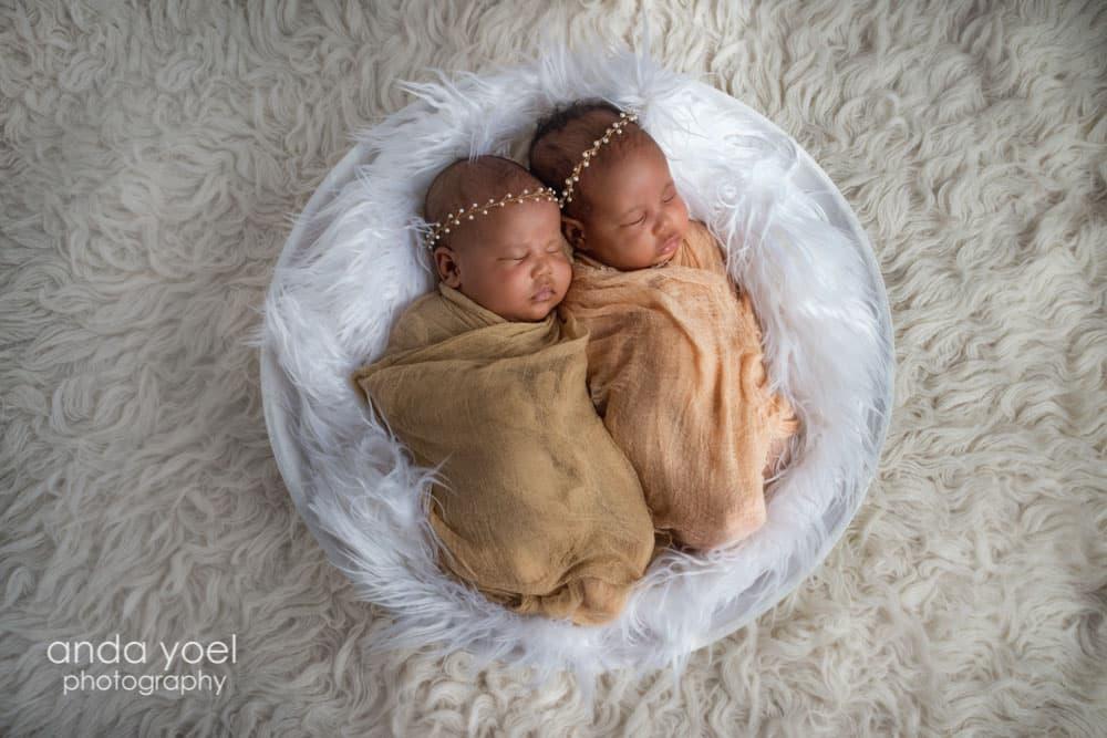 מרים ומרתה ישנות על רקע פרווה לבנה ולראשן כתר מוזהב עם פנינים - צילומי ילדים ומשפחה אנדה יואל