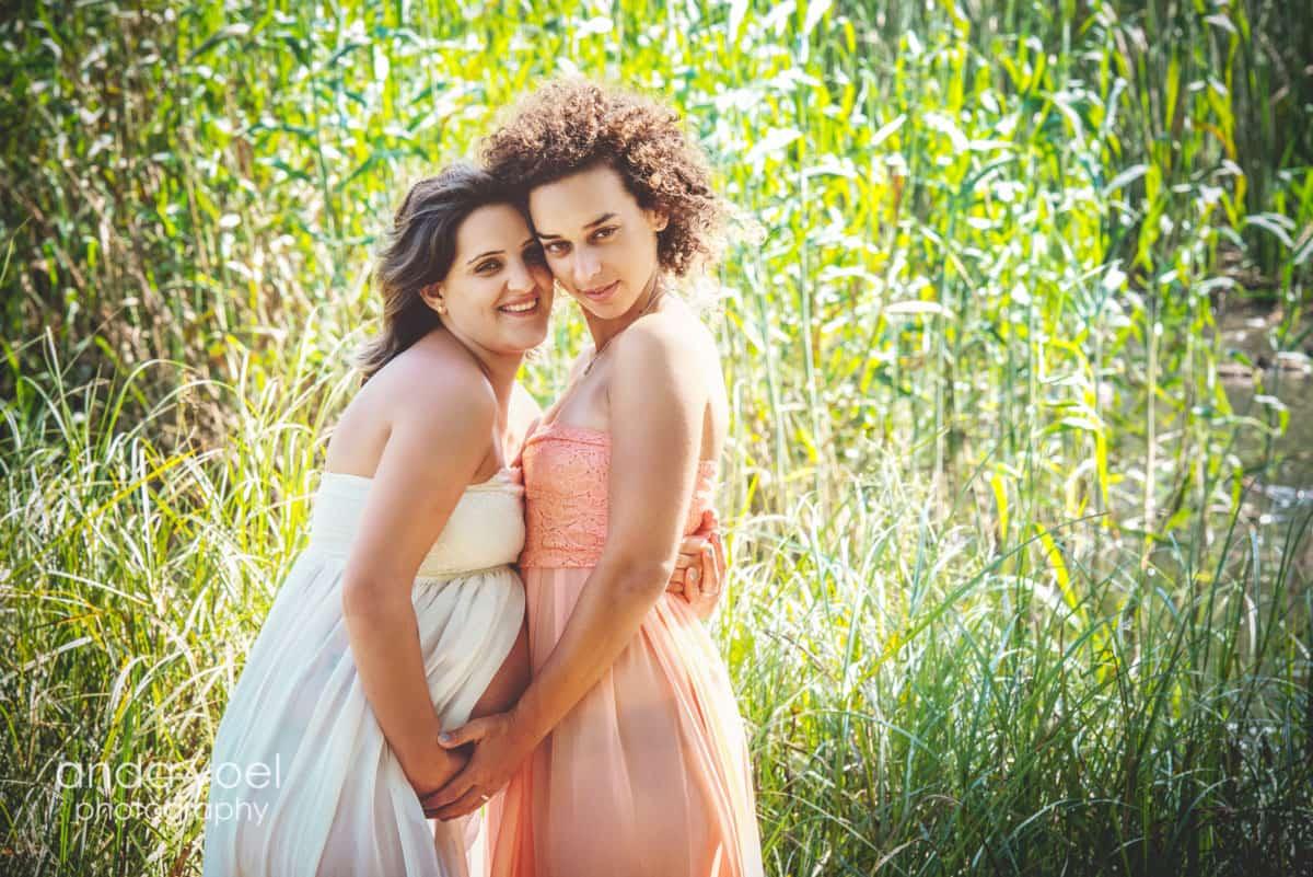 צילומי הריון בטבע בנות זוג בשמלות מתנופפות מסדרת צילומי ההריון של אנדה יואל