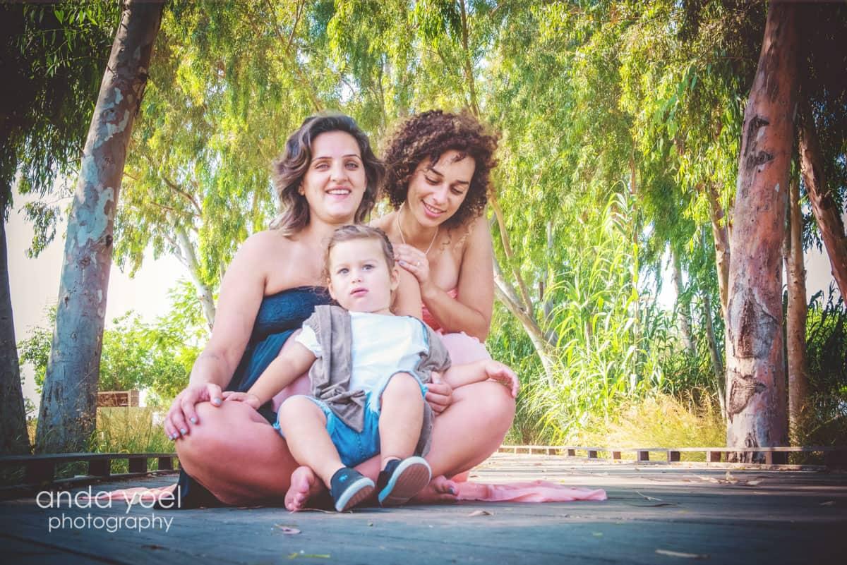 צילומי הריון בטבע עם הילדים בפארק מסדרת צילומי ההריון של אנדה יואל