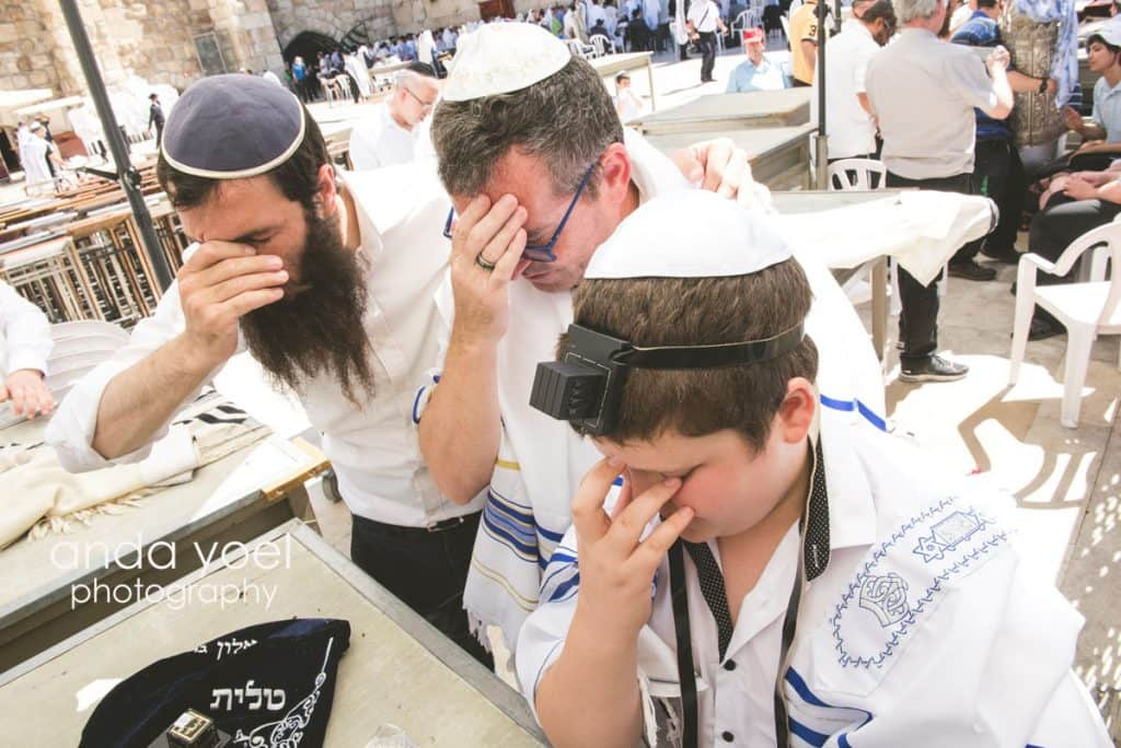 אבא בן ורב ממכסים פנים ומתפללים מתוך צילומי בר מצווה בתל, אנדה יואל
