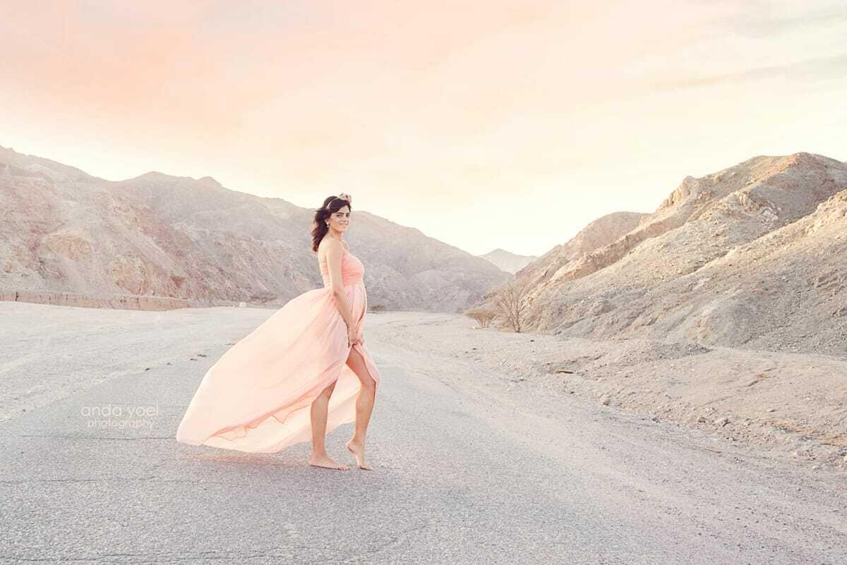 הריונית בשמלה בגוון אפרסק בצילומי הריון במדבר - אנדה יואל