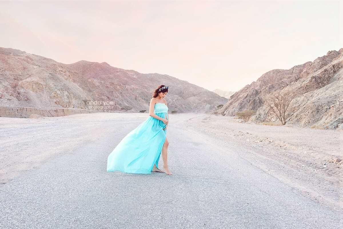 הריונית בשמלה תכלת בצילומי הריון במדבר - אנדה יואל