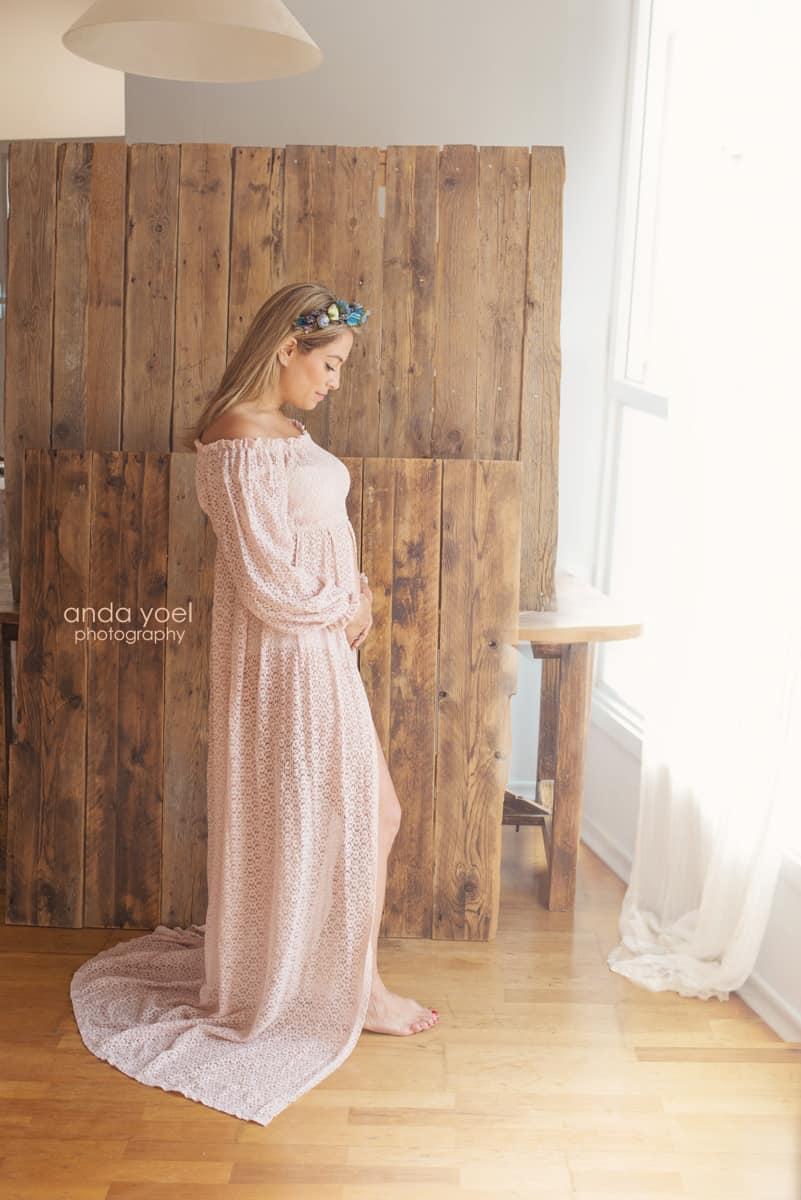 ליהיא גרינר בצילומי מעקב הריון שבוע 12 בשמלה בצבע אפרסק על רקע עץ מביטה לבטן - אנדה יואל