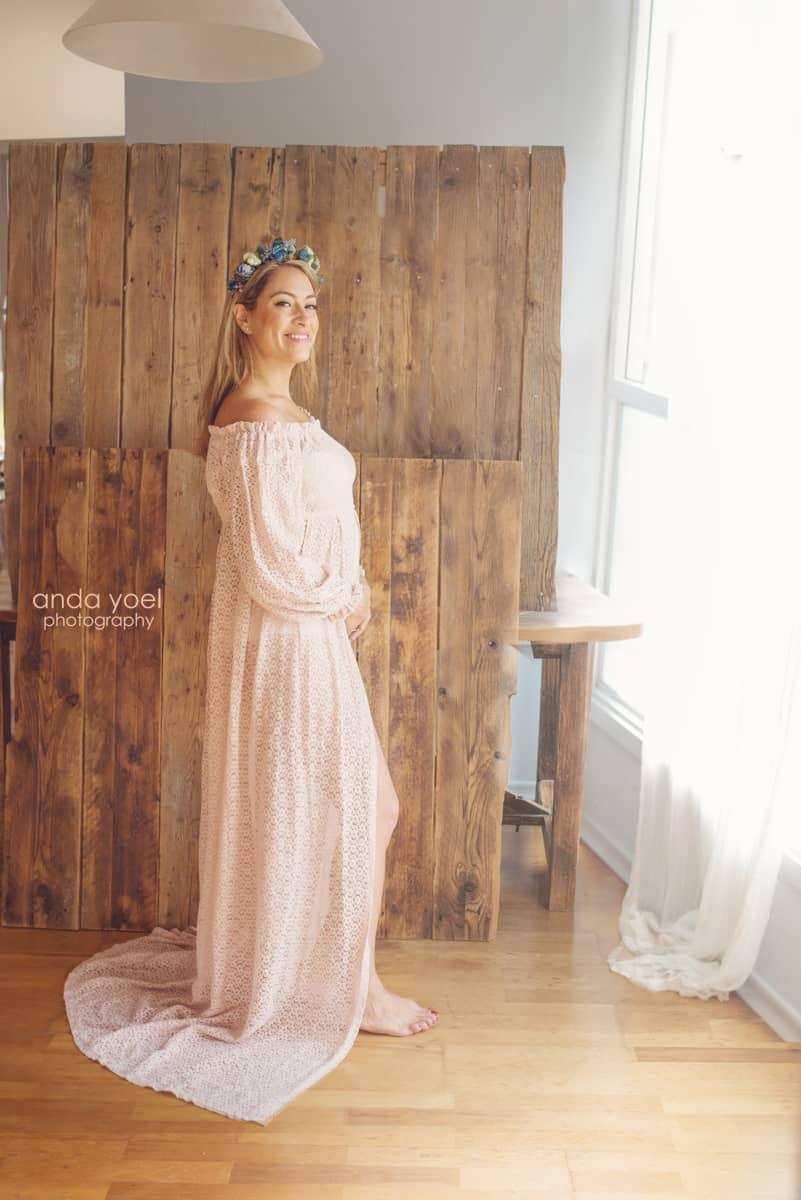 ליהיא גרינר בצילומי מעקב הריון שבוע 12 בשמלה בצבע אפרסק על רקע עץ במבט למצלמה - אנדה יואל