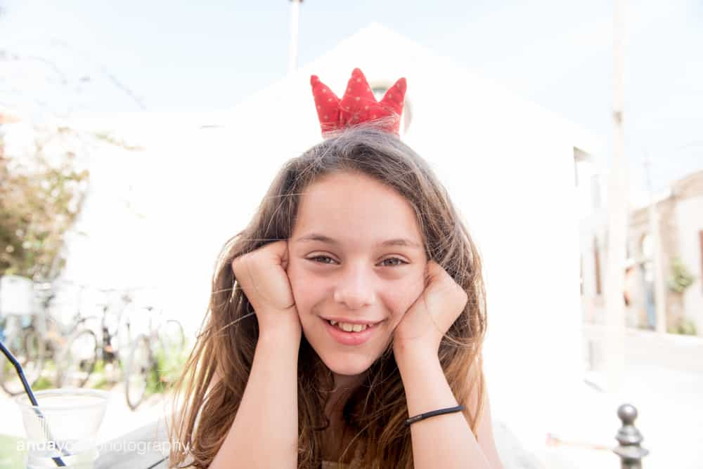 ילדת בת מצווה עם כתר אדום בתל אביב - אנדה יואל