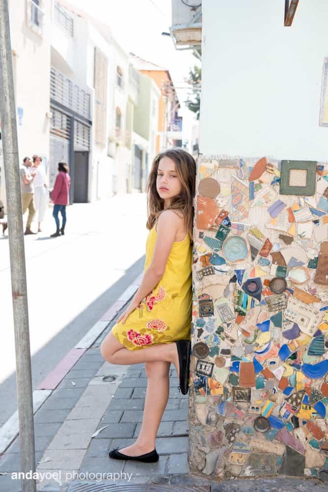ילדת בת מצווה על רקע קולאז' בתל אביב - אנדה יואל