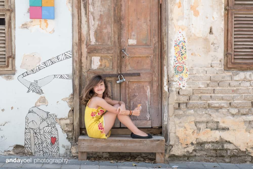 ילדת בת מצווה על רקע דלת עץ בתל אביב - אנדה יואל